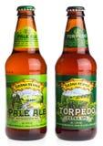 Bottiglie della sierra americana Nevada Pale Ale e della torpedine IPA extra fotografia stock