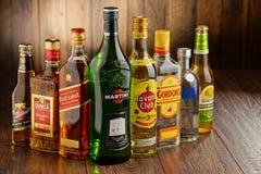 Bottiglie delle marche assortite del superalcolico Immagini Stock