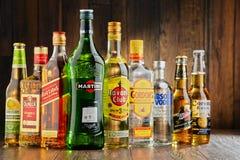 Bottiglie delle marche assortite del superalcolico Fotografia Stock