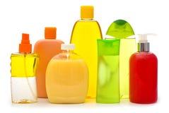 Bottiglie dello sciampo ed erogatori del sapone su bianco Fotografia Stock