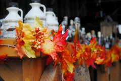 Bottiglie dello sciroppo d'acero e della foglia di acero Fotografia Stock