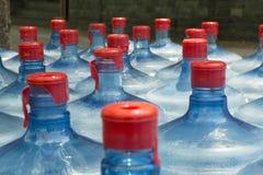 Bottiglie di acqua beventi della plastica Immagini Stock Libere da Diritti