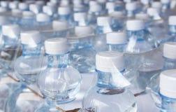 Bottiglie di acqua in involucro di plastica Fotografia Stock Libera da Diritti