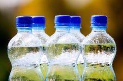 Bottiglie di acqua minerale sul fondo della natura Fotografia Stock