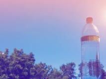 Bottiglie di acqua sul fondo del cielo Fotografia Stock