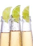 Bottiglie di birra con calce Immagini Stock Libere da Diritti