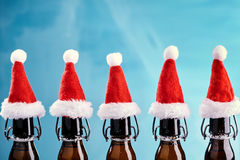 Bottiglie di birra di natale in una fila immagini stock libere da diritti