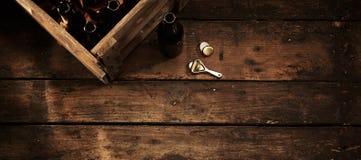 Bottiglie di birra in una cassa in un pub o in una locanda rustico fotografia stock