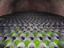 Bottiglie di Champagne immagazzinate in una cantina Immagine Stock Libera da Diritti