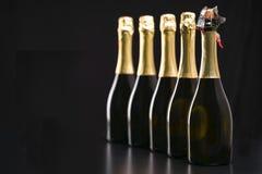 Bottiglie di champagne su un fondo nero Fuoco selettivo Immagini Stock Libere da Diritti