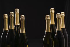 Bottiglie di champagne su un fondo nero Fuoco selettivo Fotografie Stock Libere da Diritti