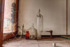 Bottiglie di chimica e vetro vecchi, urbex Fotografie Stock Libere da Diritti
