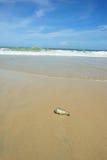 Bottiglie di deriva sulla spiaggia Fotografia Stock Libera da Diritti