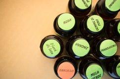 bottiglie di oli essenziali con le etichette Immagini Stock Libere da Diritti