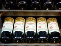 Bottiglie di Petrus del vino più costoso nel mondo immagine stock