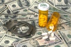 Bottiglie di pillola, contanti dei ands delle manette Fotografia Stock Libera da Diritti