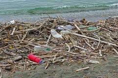 Bottiglie di plastica che un fiume introduce nel mar Mediterraneo Italia, settembre 2016 Fotografie Stock