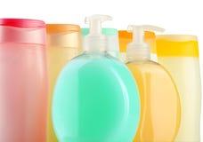 Bottiglie di plastica dei prodotti di cura e di bellezza del corpo Fotografie Stock