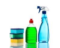 Bottiglie di plastica dei prodotti e delle spugne di pulizia. Immagini Stock
