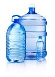 Bottiglie di plastica dell'acqua della bevanda isolate su fondo bianco Fotografia Stock