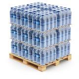 Bottiglie di plastica dell'ANIMALE DOMESTICO sul pallet Immagine Stock