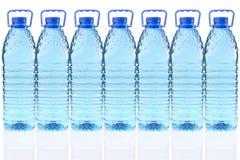 Bottiglie di plastica di acqua minerale immagini stock libere da diritti