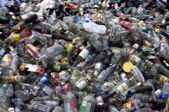 Bottiglie di plastica di vetro Fotografie Stock Libere da Diritti