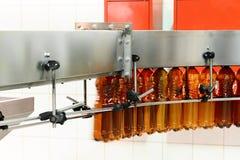 Bottiglie di plastica marroni in bianco, trasportatore sopraelevato brewery immagini stock libere da diritti