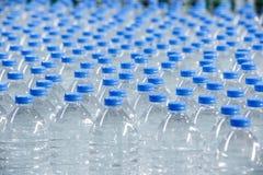 Bottiglie di plastica sul nastro trasportatore Immagine Stock