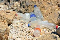 Bottiglie di plastica sulla spiaggia Immagini Stock Libere da Diritti