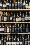 Bottiglie di porto rosse sul supporto del supermercato Fotografia Stock