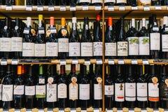 Bottiglie di porto rosse sul supporto del supermercato Immagini Stock Libere da Diritti
