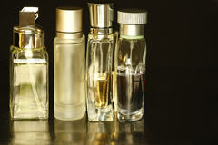 Bottiglie di profumo immagine stock