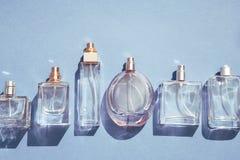Bottiglie di profumo blu di vetro fotografia stock