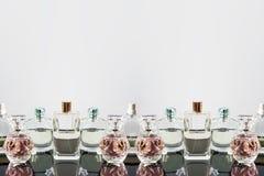 Bottiglie di profumo differenti con le riflessioni Profumeria, cosmetici Spazio libero per testo Fotografia Stock Libera da Diritti