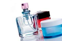 Bottiglie di profumo isolate su bianco Immagini Stock