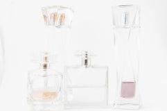 Bottiglie di profumo sopra bianco Immagini Stock