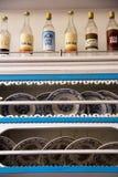 Bottiglie di Raki del nostalgico e piatti di cena sugli scaffali Fotografie Stock Libere da Diritti