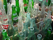 Bottiglie di soda d'annata da vendere ad un mercato delle pulci Fotografia Stock Libera da Diritti