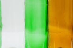 Bottiglie di vetro dei colori misti compreso verde, bianco della radura, fronte Fotografie Stock