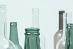 Bottiglie di vetro dei colori misti compreso verde, bianco della radura, fronte Fotografia Stock Libera da Diritti