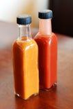 Bottiglie di vetro della salsa di peperoncini rossi immagine stock libera da diritti