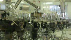 Bottiglie di vetro e vodka di versamento (1) video d archivio