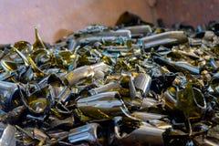 Bottiglie di vetro marroni rotte del vino fotografie stock libere da diritti
