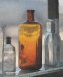 Bottiglie di vetro nella finestra di una memoria antica. Fotografia Stock Libera da Diritti