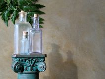 Bottiglie di vetro sulla colonna Immagine Stock Libera da Diritti