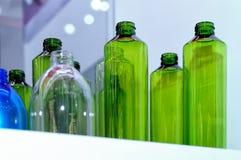 Bottiglie di vetro verdi, bianche, blu vuote Immagini Stock
