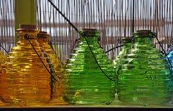 Bottiglie di vetro verdi ed arancio Fotografia Stock