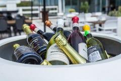 Bottiglie di vino ad un ristorante Fotografie Stock Libere da Diritti