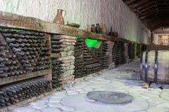 Bottiglie di vino alla cantina Immagine Stock